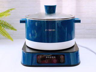 韩式部队火锅,盖上锅盖用5档煮沸。