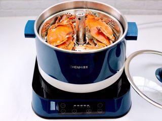 """韩式部队火锅,梭子蟹提前处理干净后洗净,放入""""臻米""""升降火锅里煮熟,盛出备用,这样做出来的火锅汤色干净不会浑浊。"""