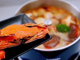 韩式部队火锅,最后放入蒸熟的梭子蟹。