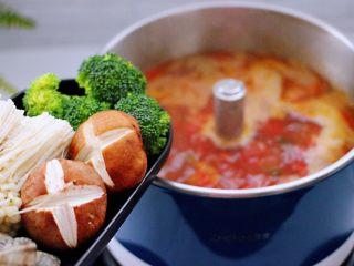 韩式部队火锅,煮沸的番茄汤底,加入香菇和金针菇,再放入西兰花和花蛤。