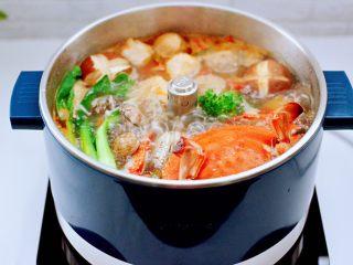 韩式部队火锅,看见所有的食材都煮熟后。