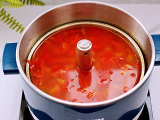 韩式部队火锅,锅中倒入炖好的番茄汤底,加入<a style='color:red;display:inline-block;' href='/shicai/ 62159/'>芝士片</a>。