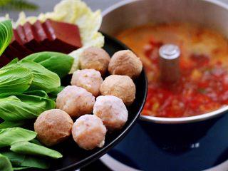 韩式部队火锅,放入墨鱼丸和牛肉丸,猪血和大白菜,再放入小油菜。