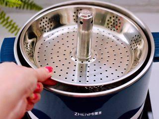 韩式部队火锅,把臻米升降火锅的升降盘放入锅中。