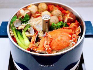 韩式部队火锅,启动升降模式,所有煮熟的食材就全在上面了,想吃啥吃啥,方便的很,吃完菜再煮块方便面,不要太完美哟。