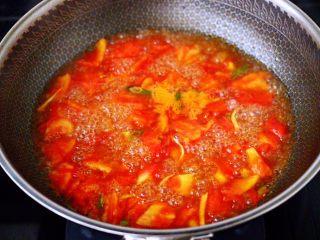 韩式部队火锅,大火继续翻炒至番茄块变软,汤汁变红的时候,锅中倒入适量的清水,大火煮沸后转小火慢慢炖煮10分钟左右关火。