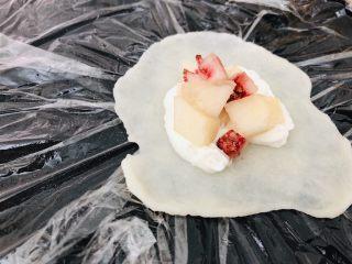 百味糯米糍,揪一拖糯米糕,放在两张保鲜膜中间,擀成薄皮,中间可以略厚,边可以很薄,放上<a style='color:red;display:inline-block;' href='/shicai/ 886/'>奶油</a>和桃子。
