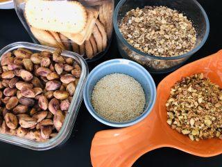 百味糯米糍,其实我还准备了这些,还有饼干碎,芝麻,哈哈哈,反正就是想包啥就准备啥。