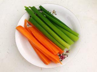 健康减脂午餐便当,胡萝卜和葱叶