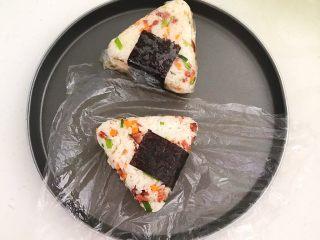 健康减脂午餐便当,再饭团上面包上紫菜