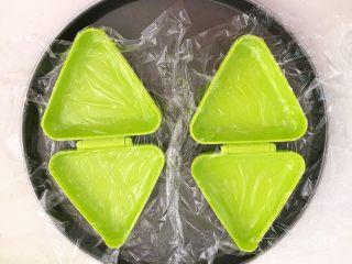 健康减脂午餐便当,在模具里面铺上保鲜膜