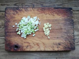 重庆红油抄手,葱姜洗净去皮切末。