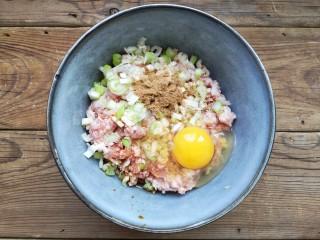 重庆红油抄手,在肉馅中加入葱姜末,适量的盐,鸡精,十三香粉,味极鲜酱油,香油和一个鸡蛋。