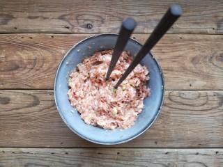 重庆红油抄手,用筷子顺一个方向搅上劲儿(筷子能立在肉馅中不倒)