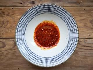 重庆红油抄手,碗中加入秘制红油辣椒、花椒粉、鸡精、盐、香醋、味极鲜酱油调匀。