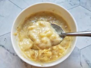 宝宝爱吃的奶香香蕉饼❗不蒸不烤,吃一口就爆浆❗,搅拌均匀尽量无颗粒。