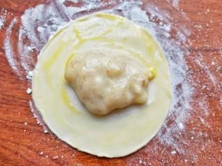 宝宝爱吃的奶香香蕉饼❗不蒸不烤,吃一口就爆浆❗,饺子中间放香蕉馅周边抹上蛋液