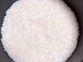 金枪鱼胚芽米寿司   便当,米饭焖好,可以在锅中焖20分钟,口感会更好。