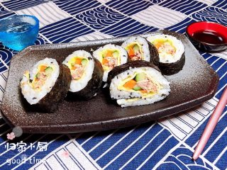 金枪鱼胚芽米寿司   便当,将寿司摆入盘中。一盘诱人的金枪鱼胚芽米寿司就可以吃啦!可以配上一些寿司酱油、青芥末一起吃。放入饭盒,便当做好了。