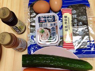 金枪鱼胚芽米寿司   便当,准备好食材。寿司海苔、金枪鱼罐头、黄瓜、胡萝卜、鸡蛋、寿司醋、寿司酱油。