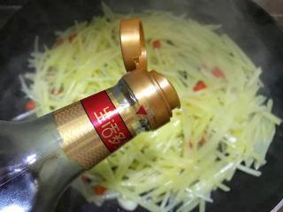 炒土豆丝,持续用大火翻炒,将土豆丝炒的微微变软,这时候下入生抽提鲜,继续用大火翻炒;