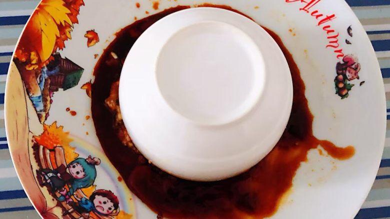 肉丸蒸蛋,盘中也要涂抹一层薄薄的油倒入一品鲜酱油再将装有猪肉馅的碗倒扣在盘中