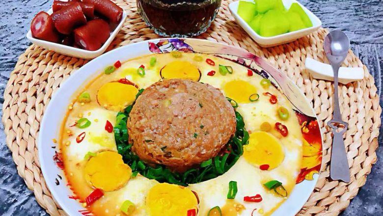 肉丸蒸蛋,搭配着大米黑米粥、猪尾巴、凉拌黄瓜就是完美标配的早餐