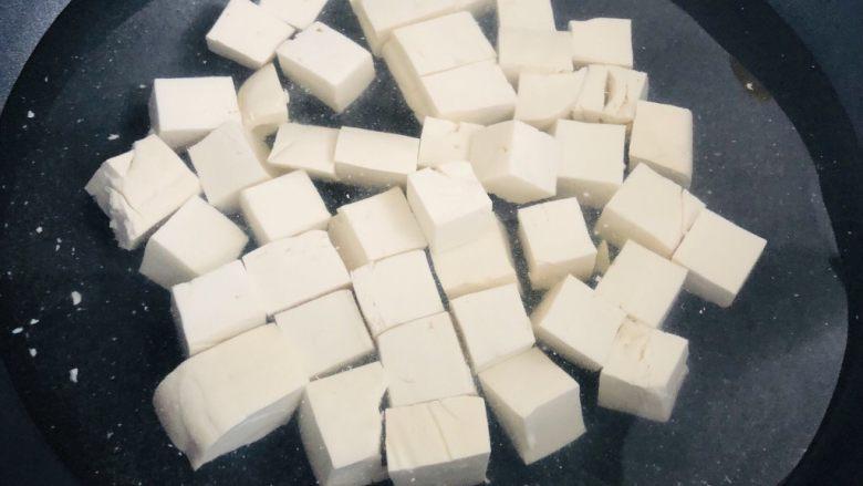 麻婆豆腐,锅里烧水,加入盐,煮一下豆腐,煮过的豆腐不容易碎,而且口感更加弹口。