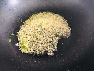 麻婆豆腐,下入葱姜蒜末炒香