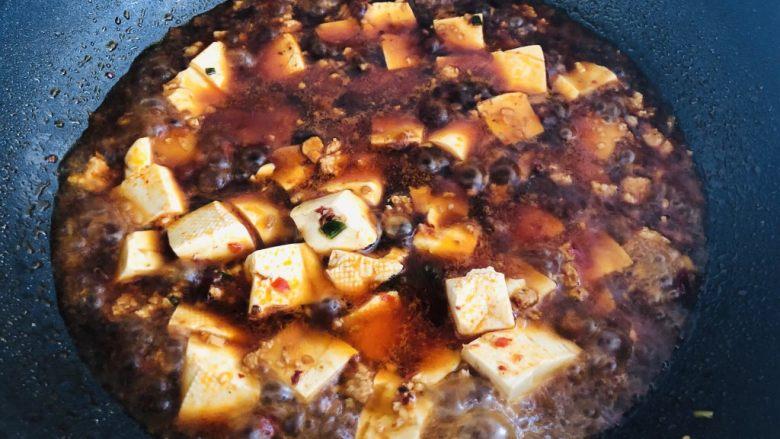 麻婆豆腐,下入刚才煮过的豆腐,加糖。铲子轻轻从侧面推豆腐,不要大力翻动