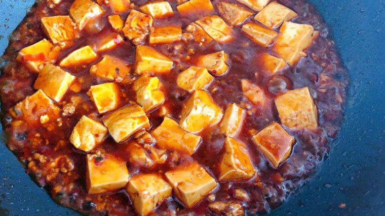 麻婆豆腐,汤汁慢慢变浓稠撒上花椒面即可出锅