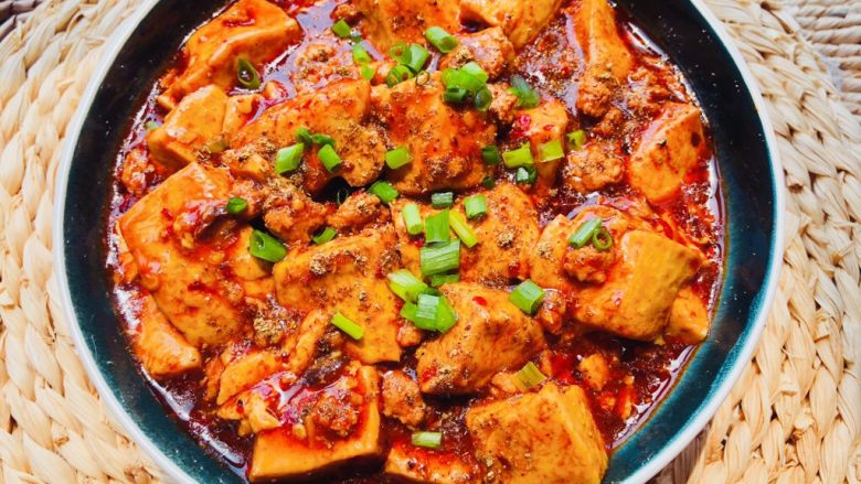 麻婆豆腐,撒葱花点缀
