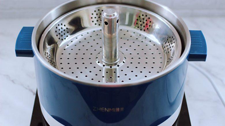 """番茄虾仁鸡蛋水晶蒸饺,启动""""臻米""""升降火锅,锅中倒入适量的清水烧开。"""