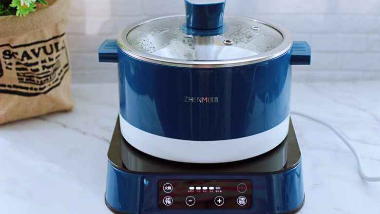 番茄虾仁鸡蛋水晶蒸饺,盖上锅盖大火蒸6分钟即可关火。