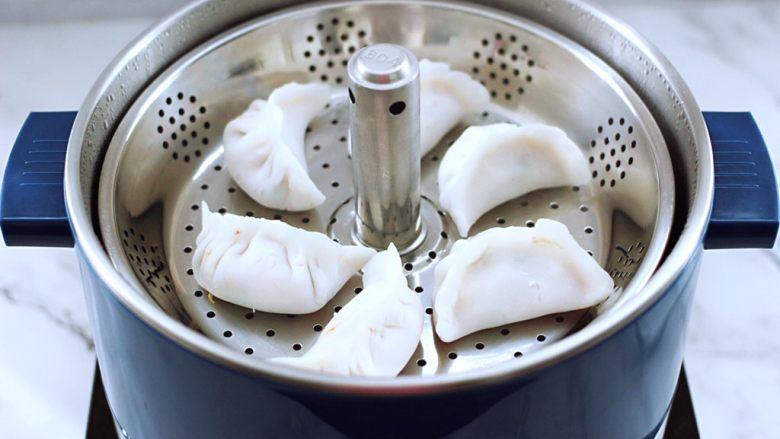 番茄虾仁鸡蛋水晶蒸饺,把包好的蒸饺放到锅中。
