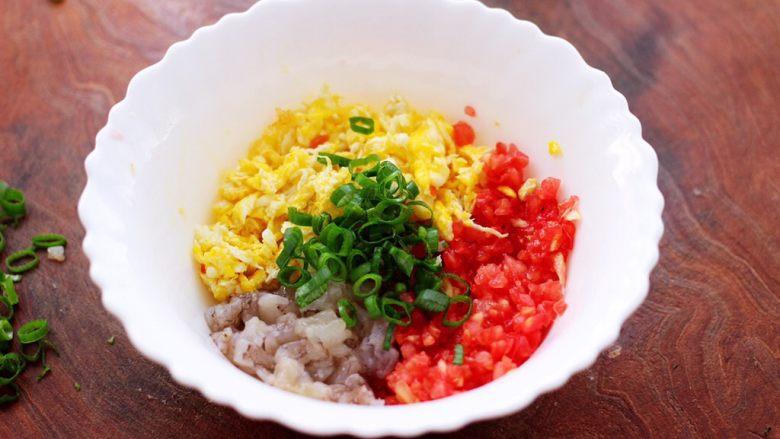 番茄虾仁鸡蛋水晶蒸饺,把炒熟的鸡蛋放入一个大一点的容器里,加入切碎的番茄和<a style='color:red;display:inline-block;' href='/shicai/ 287'>虾仁</a>,再放入切碎的小葱。