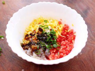 番茄虾仁鸡蛋水晶蒸饺,加入蚝油和盐调味调色。