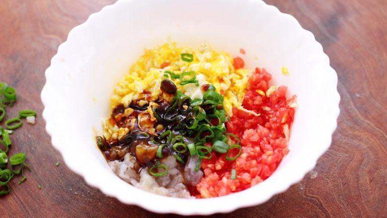 番茄虾仁鸡蛋水晶蒸饺,加入<a style='color:red;display:inline-block;' href='/shicai/ 721'>蚝油</a>和盐调味调色。