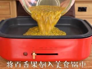 """每天一杯【百香果柠檬酱】变身""""白瘦美"""",将百香果倒入美食锅中"""