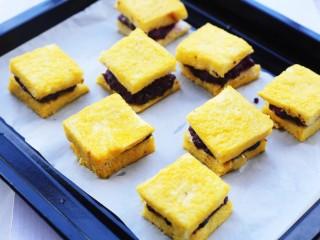 紫薯西多士,放入铺上油纸的烤盘。