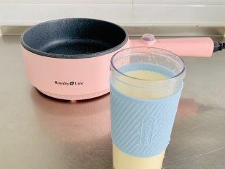 鲜玉米汁,准备不粘锅一个,将玉米汁倒入。