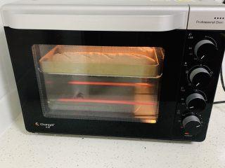 法棍🥖,烤箱提前预热,设置上下火180度烤30分钟。