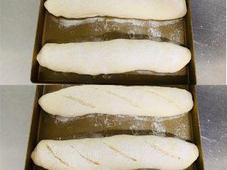 法棍🥖,发酵至一倍大取出筛粉,割口。