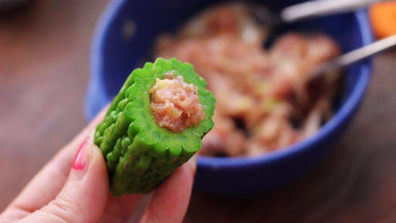 虾仁肉靡酿苦瓜,焯过水的苦瓜,放入适量的馅料。