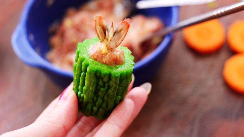 虾仁肉靡酿苦瓜,把虾尾插在上面就可以了。
