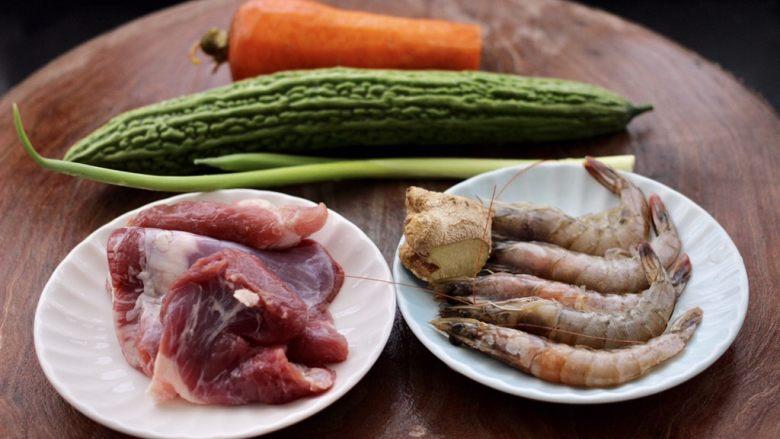 虾仁肉靡酿苦瓜,首先备齐所有的食材。