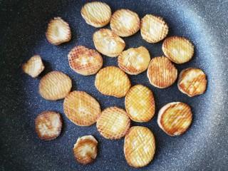 酱汁杏鲍菇,两面都煎至金黄后出锅备用。