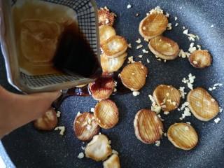 酱汁杏鲍菇,下入煎好的杏鲍菇,倒入调好的酱汁。