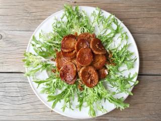酱汁杏鲍菇,适量苦菊洗净摆盘,将杏鲍菇码在中间。