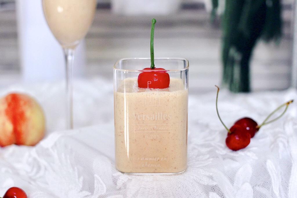 水蜜桃车厘子奶昔,颜值担当的水蜜桃车厘子奶昔就做好了,放到冰箱冷藏一下,口感会更好。</p> <p>
